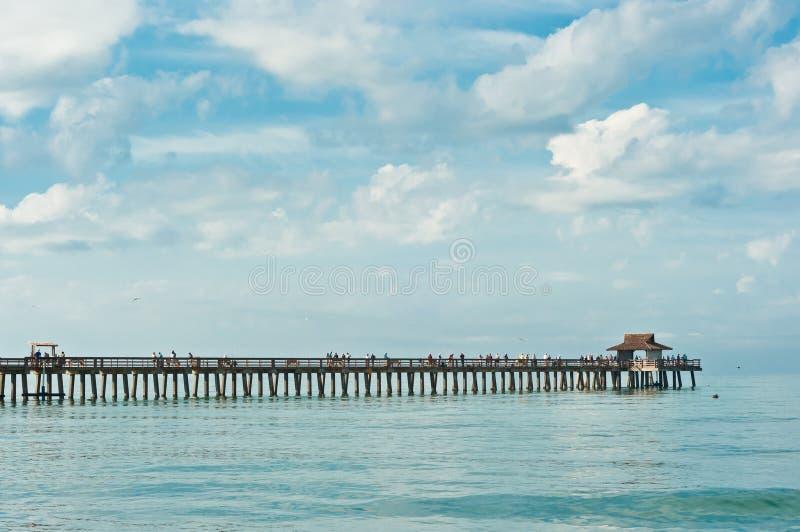 与突出入墨西哥湾的木码头的热带海滩与镇静海洋的一清早 免版税库存图片