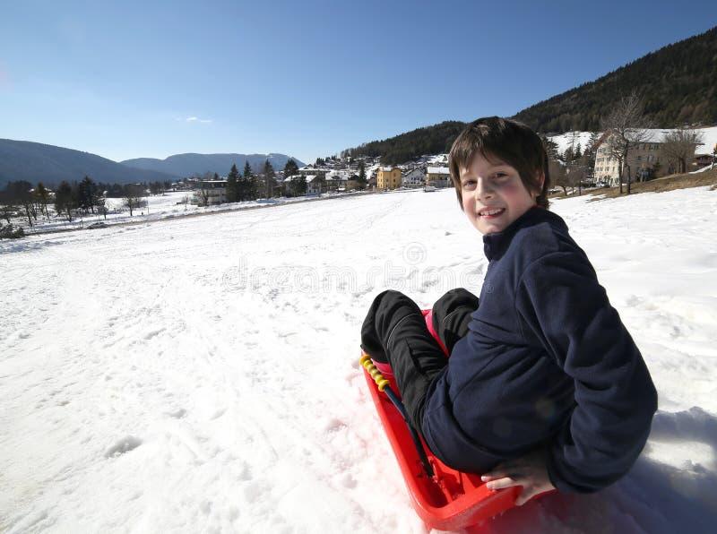 与突然移动的儿童游戏在雪 免版税库存图片