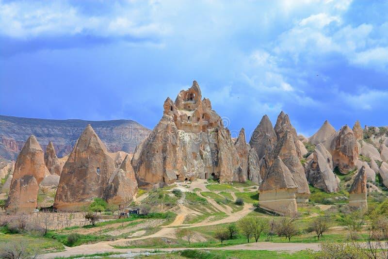 与窑居的农村风景在山卡帕多细亚 库存图片