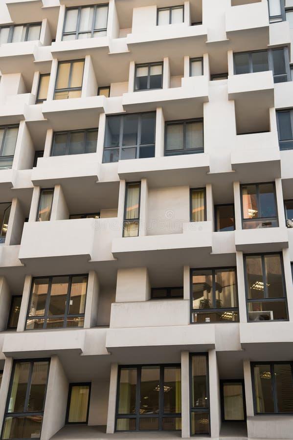 与窗口的大厦门面 公寓或住宅房地产 现代建筑学和结构 样式和 免版税图库摄影