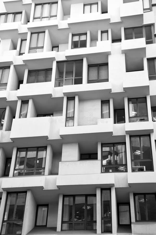 与窗口的大厦门面 公寓或住宅房地产 现代建筑学和结构 样式和 库存照片