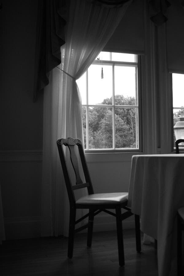 与窗口的椅子在背景中 图库摄影
