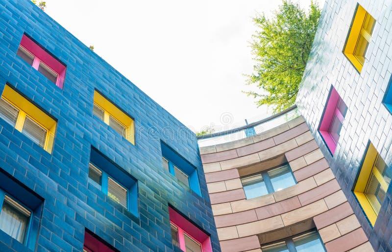 与窗口的美丽的五颜六色的大厦 免版税库存照片