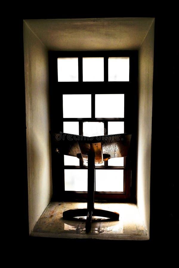 与窗口的Bookstand在背景中 库存照片