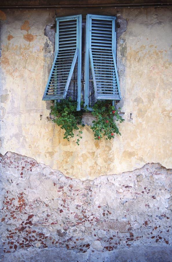 与窗帘和被毁坏的墙壁的窗口 免版税库存图片
