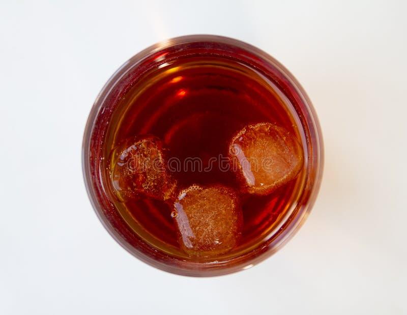 与立方体的美丽的冷的泡沫腾涌的可乐苏打在玻璃冰 免版税库存照片