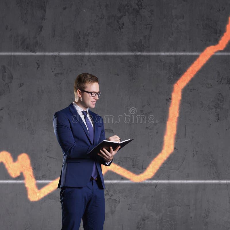 与站立在图背景的组织者的商人 事务,办公室,成功,概念 免版税库存图片