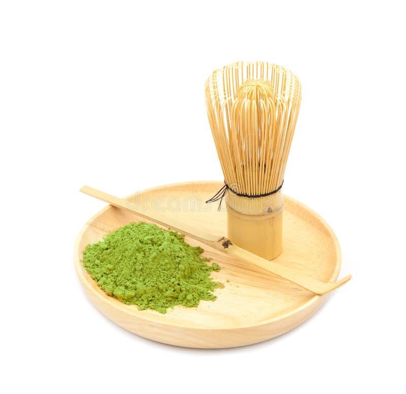 与竹匙子的搽粉的绿茶,隔绝在白色背景 免版税库存图片