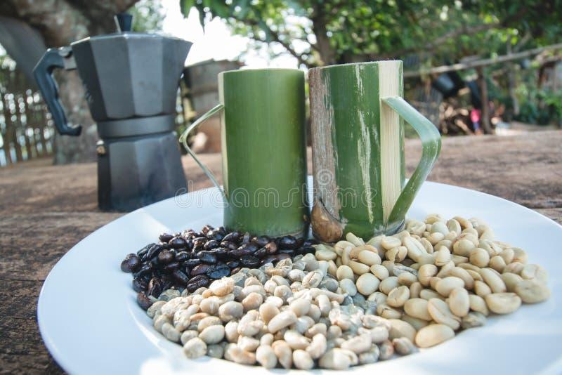 与竹杯子的咖啡豆 免版税图库摄影