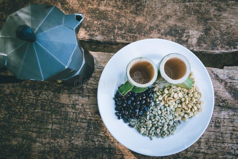 与竹杯子的咖啡豆 库存图片