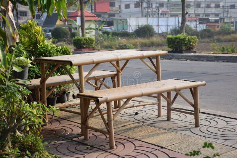与竹桌的早晨太阳 免版税库存照片