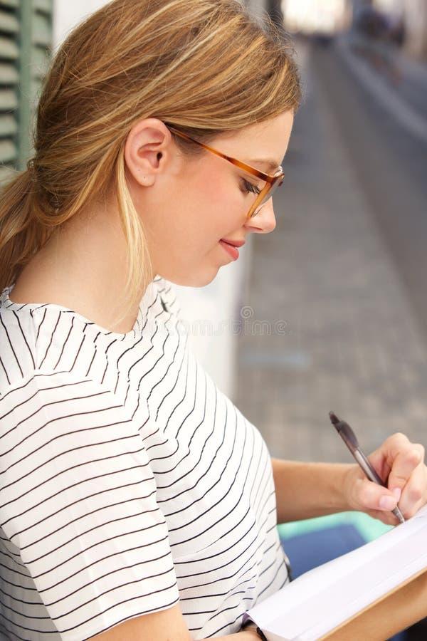 与笔的少妇文字在书 库存图片