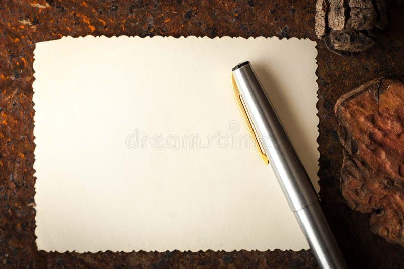 与笔的空的纸在石桌上 免版税图库摄影