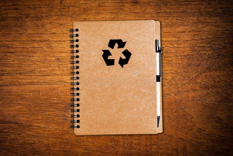 与笔的笔记本纸 库存图片