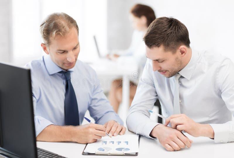 与笔记本的商人在会议 免版税库存图片