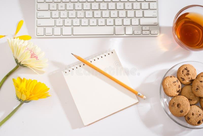 与笔记本键盘,写生簿,日志,在w的咖啡的工作区 库存照片