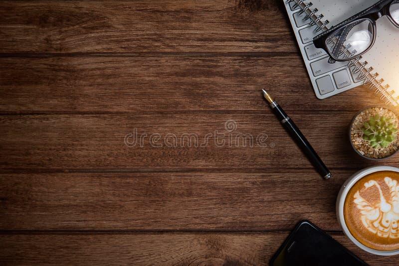 与笔记本,键盘的办公室桌 库存照片