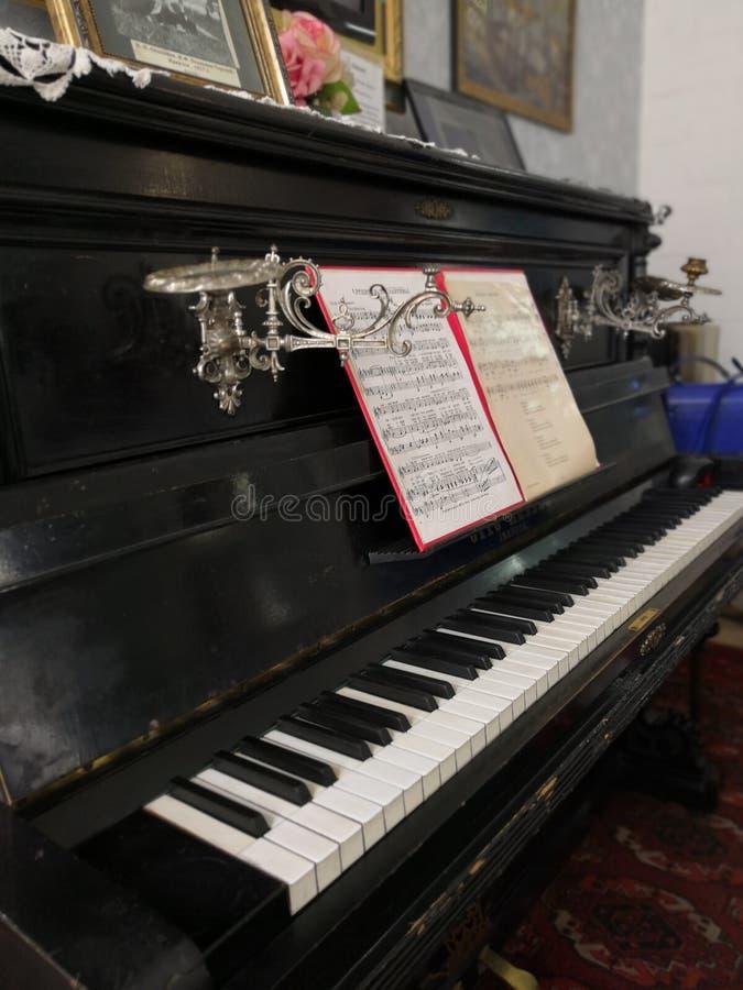 与笔记的老钢琴,减速火箭的博览会 免版税库存图片