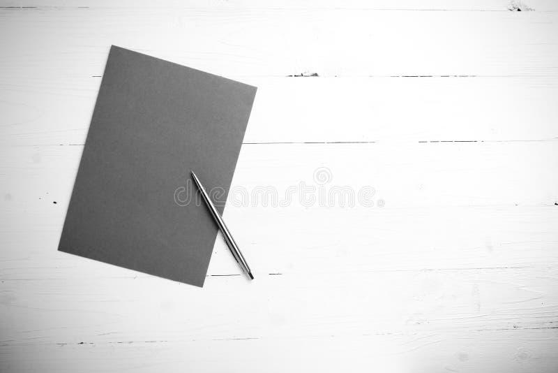 与笔黑白颜色样式的纸 库存图片