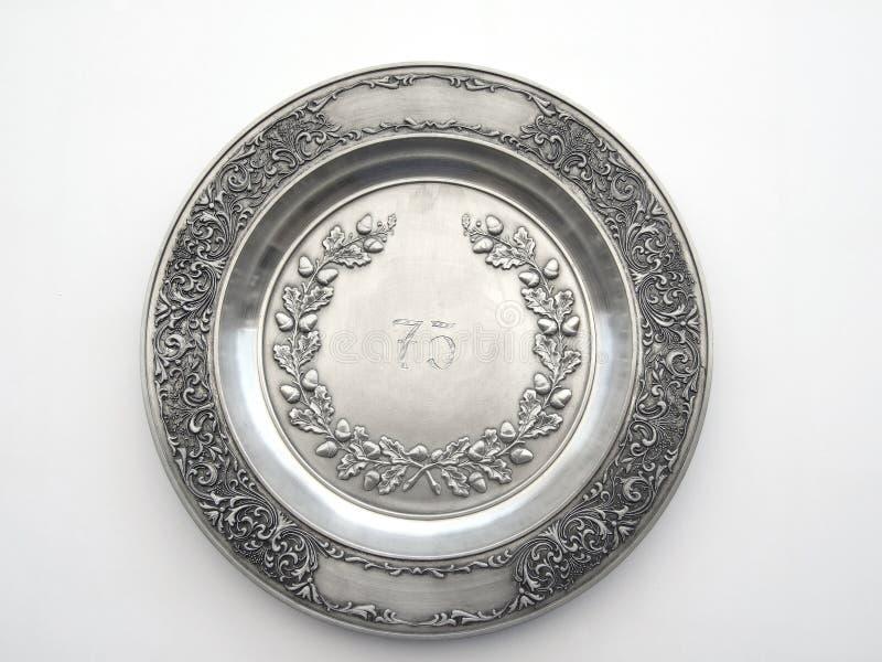 与第75和橡木和百合装饰品的老奖杯盘 免版税库存照片
