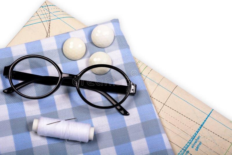与笼子的样式和模板的织品缝合的衣裳的 免版税库存图片