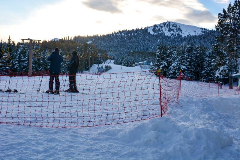 与等待在卡拉科尔滑雪场的两个滑雪者的风景高山风景乘驾 图库摄影