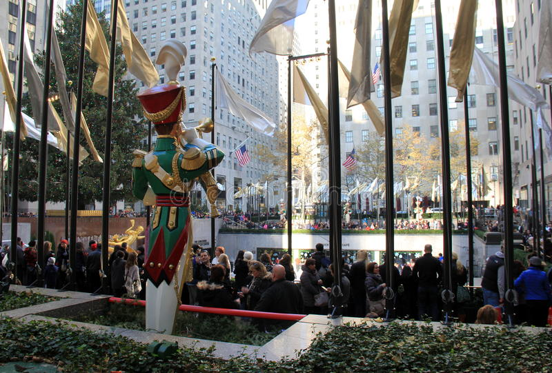 与等待对冰鞋,洛克菲勒中心,纽约的人的假日庆祝, 2015年 库存照片