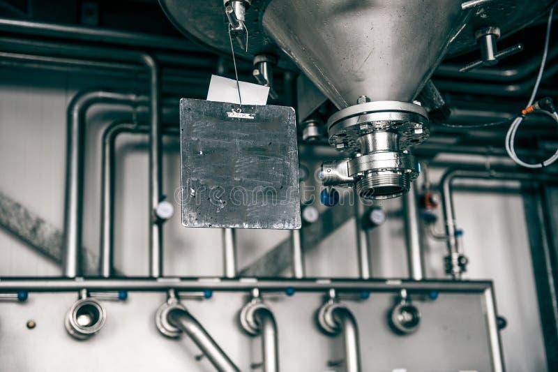 与筒仓和金属管道的工业设置 免版税库存照片