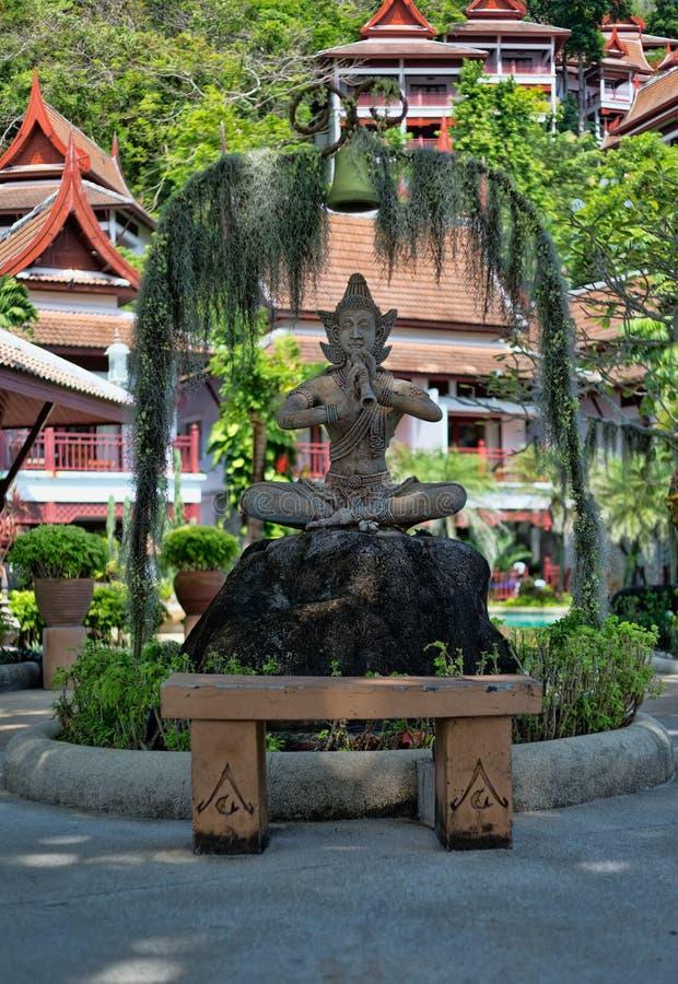 与管子的泰国石雕象 免版税库存照片