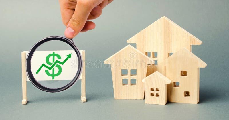 与箭头和微型木房子的海报 上涨的物产价格的概念 高抵押利率 昂贵的租务 免版税库存图片