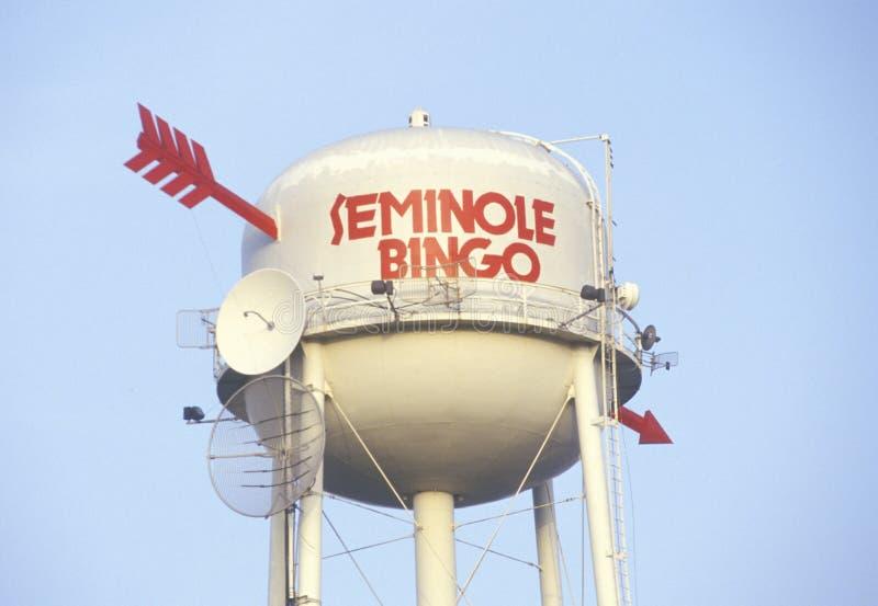 与箭头和卫星盘,森密诺尔人印第安保护区的水塔在佛罗里达 免版税库存照片