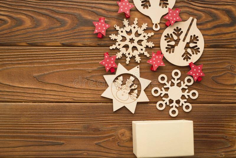 与箱子、红色星和木玩具的圣诞节背景 免版税图库摄影