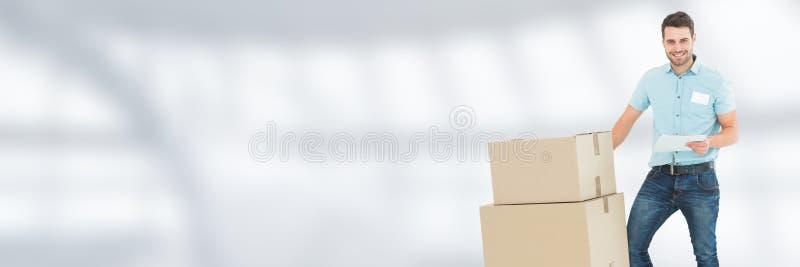与箱子的交付传讯者在被弄脏的背景前面 免版税库存照片
