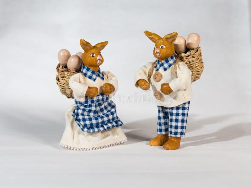 与篮子和鸡蛋的两只复活节兔子 库存图片