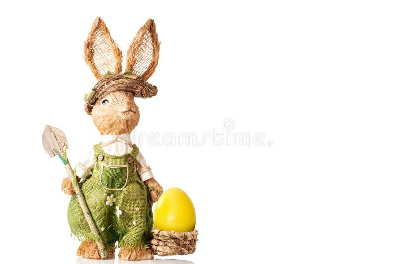 与篮子的兔宝宝和在白色背景隔绝的复活节彩蛋 免版税库存图片