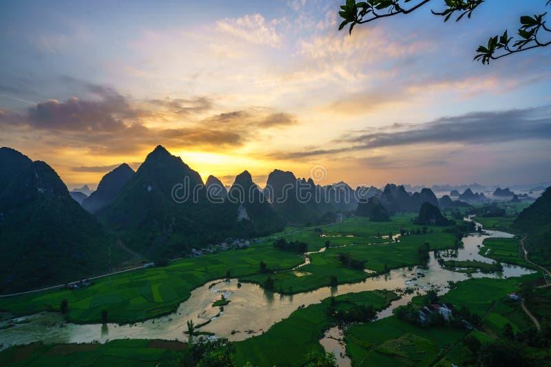 与米领域、河、山和低云的越南风景在清早在Trung Khanh,高平镇,越南 图库摄影