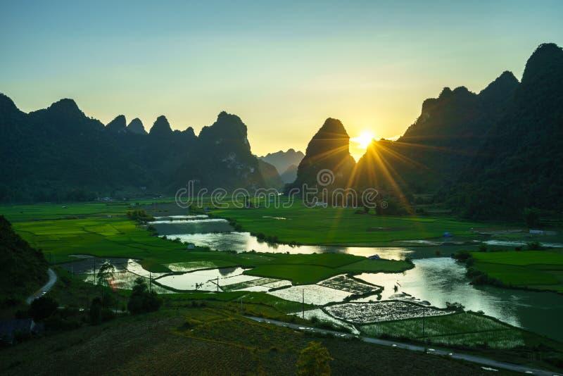 与米领域、河、山和低云的越南风景在清早在Trung Khanh,高平镇,越南 库存照片