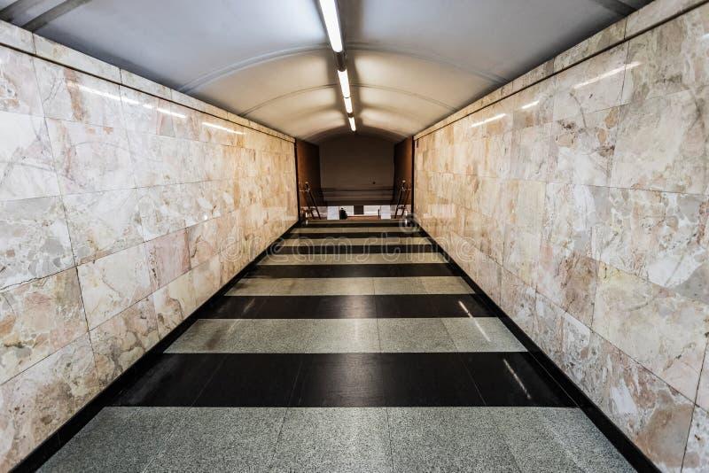 与米黄大理石墙壁和黑白地板的段落 免版税库存照片