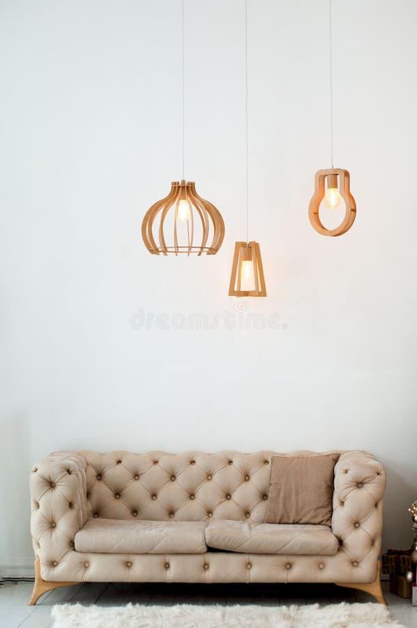 与米黄沙发的现代客厅内部 图库摄影