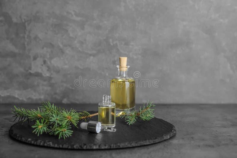 与精油的构成在桌上的玻璃瓶 免版税图库摄影