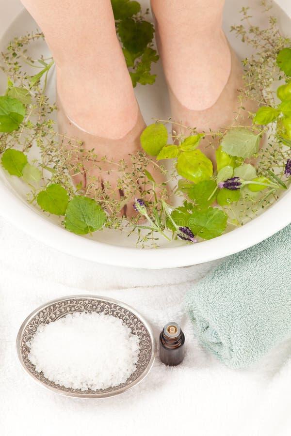 与精油的Footbath 免版税库存图片