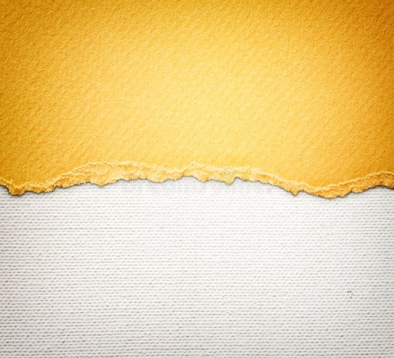 与精美条纹样式和橙色葡萄酒被撕毁的纸的老帆布纹理背景 库存图片
