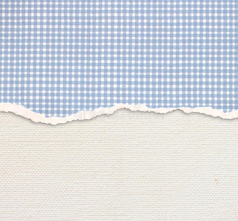 与精美条纹样式和蓝色葡萄酒被撕毁的纸的老帆布纹理背景 免版税图库摄影
