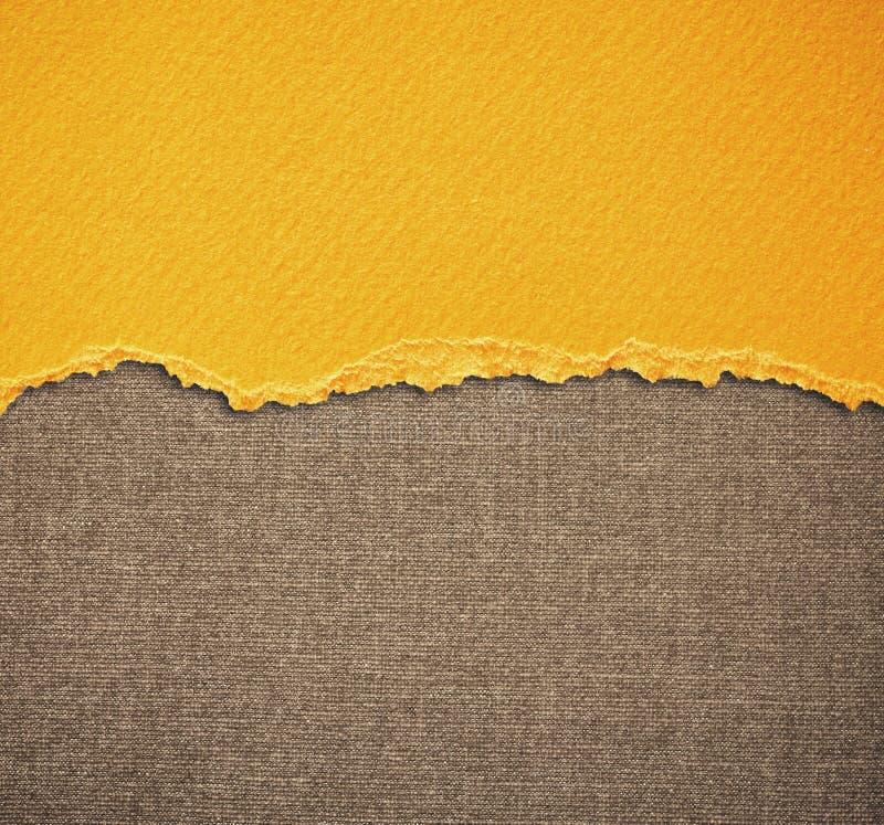 与精美条纹样式和黄色葡萄酒被撕毁的纸的老帆布纹理背景 库存图片