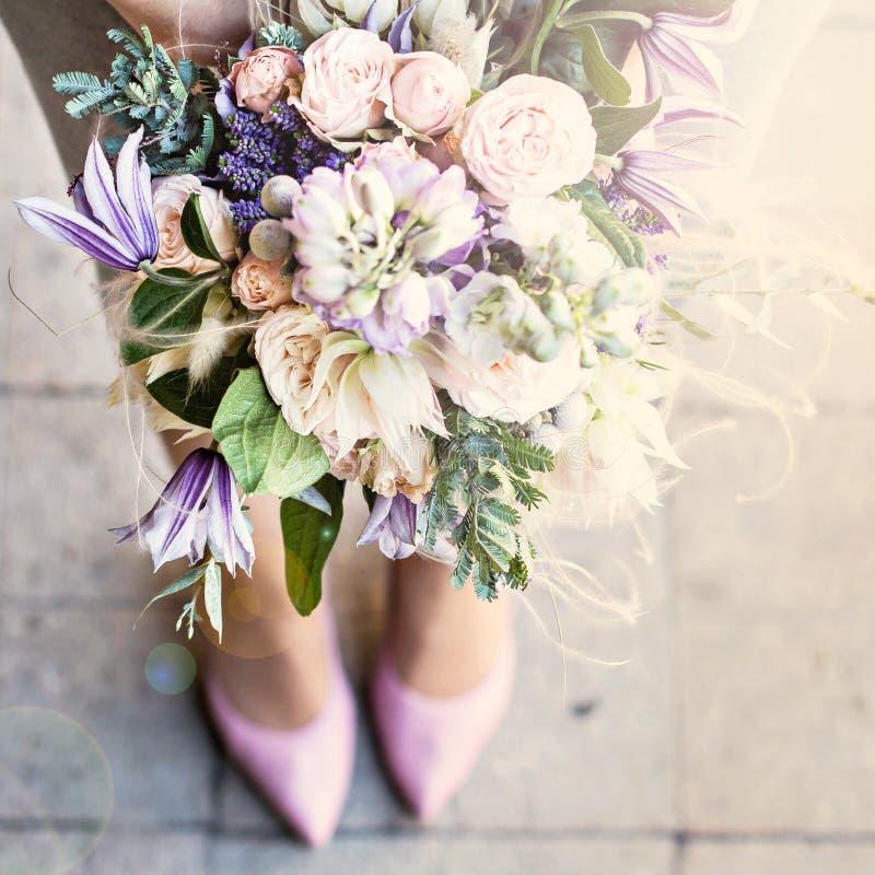 与精美花的美丽的花束 桃红色白色紫色花束 新娘花束在女性手上 库存图片