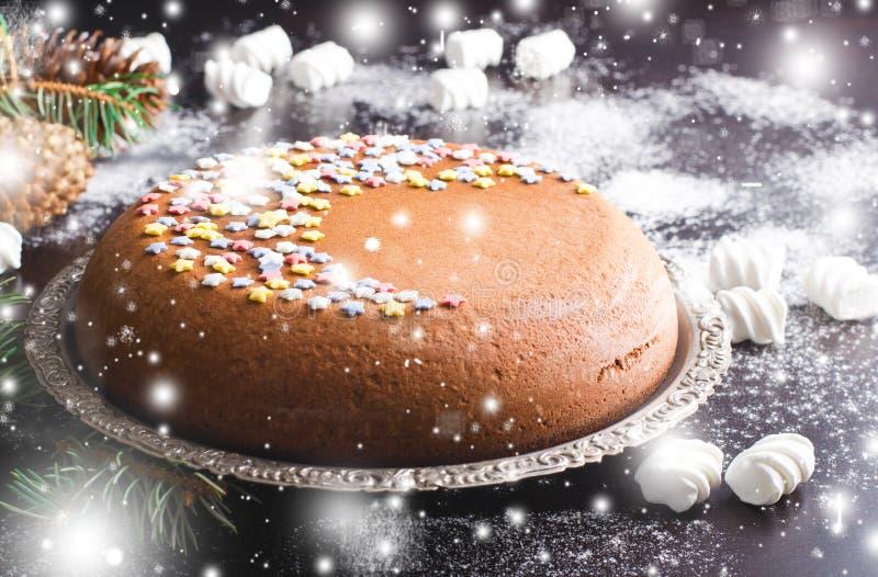 与糖星和蛋白软糖,新年装饰的传统自创巧克力圣诞节蛋糕 库存图片