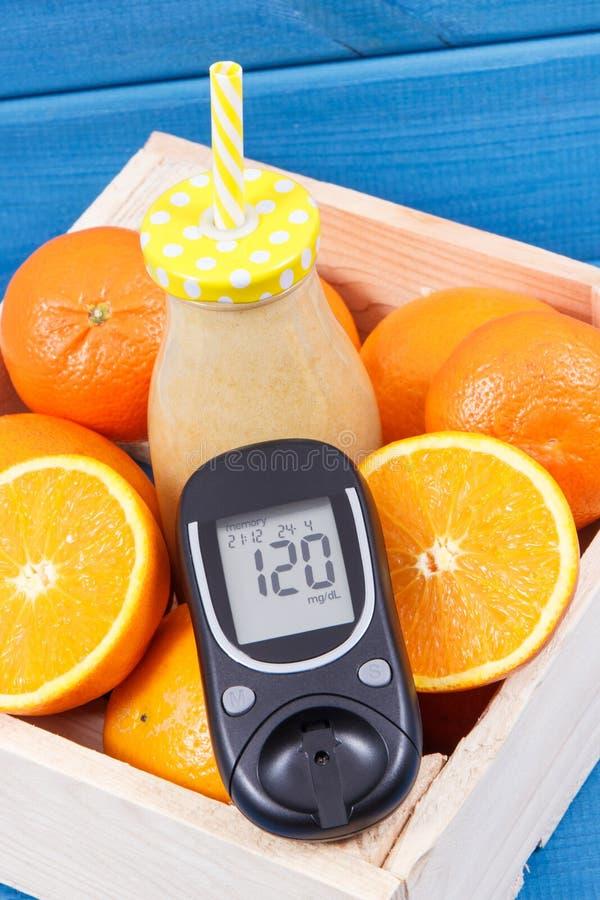 与糖水平和圆滑的人的Glucometer从柑橘水果当来源维生素和矿物 图库摄影