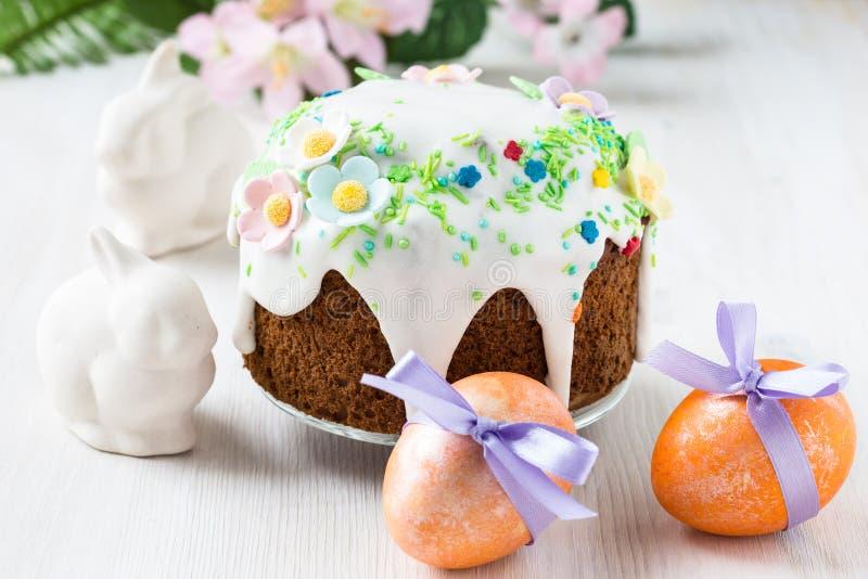 与糖渍的结冰和装饰的复活节蛋糕 库存照片