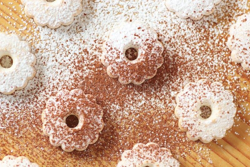 与糖粉和可可粉力量的意大利canestrelli饼干 免版税图库摄影