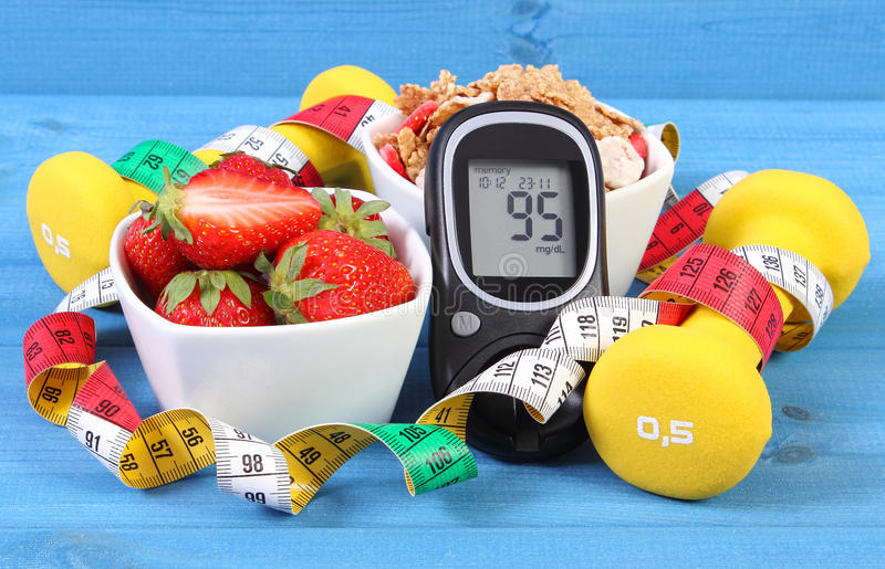 与糖水平、健康食物、哑铃和厘米,糖尿病,健康和运动的生活方式的Glucometer 库存图片